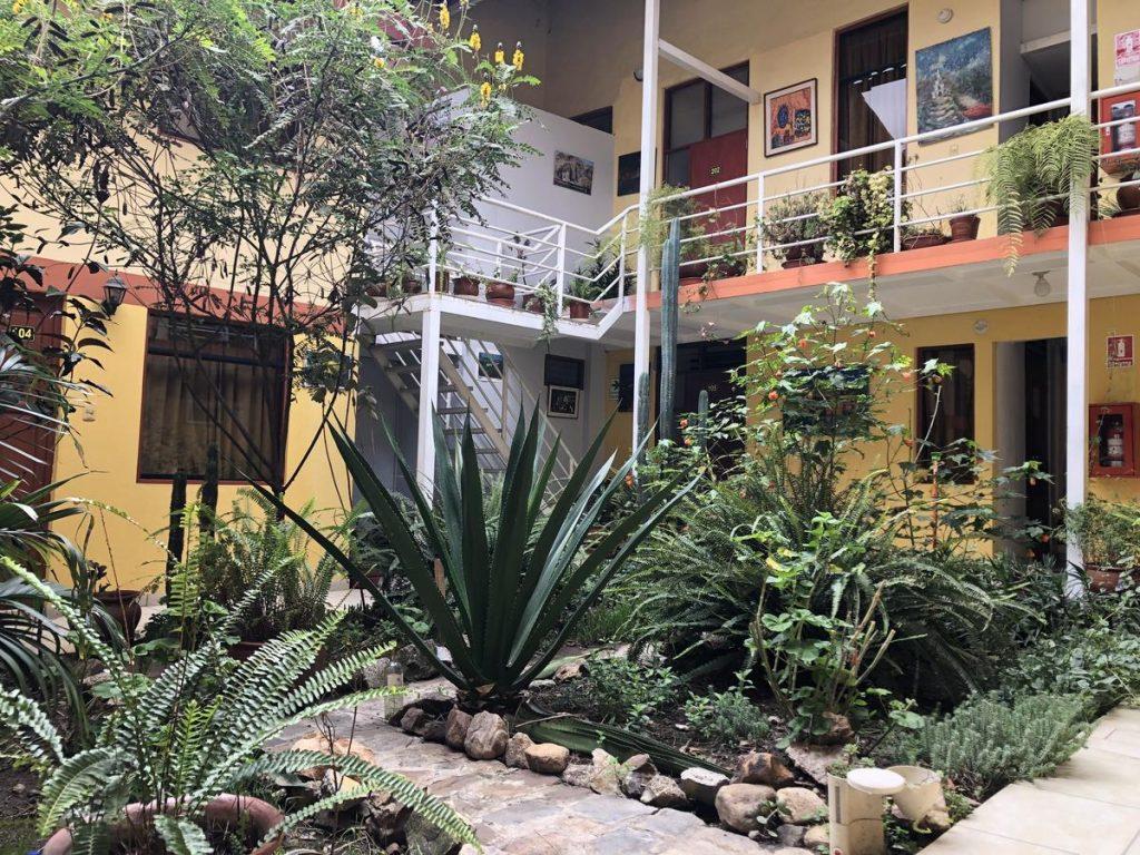 Das Gästehaus hat einen grünen Innenhof